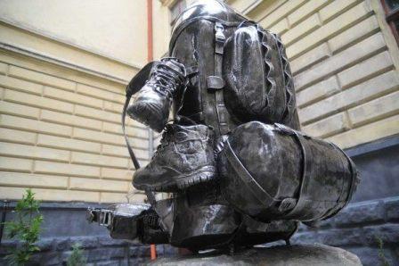 Украина: первый памятник рюкзаку